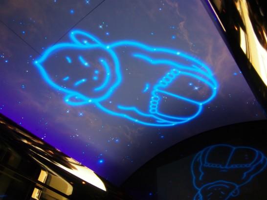 エレベーターの天井に映るビリケン