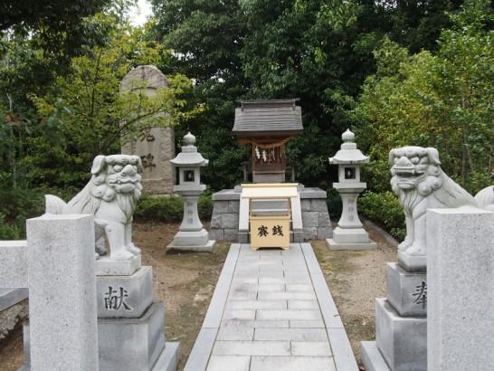 百舌鳥八幡宮石碑の横